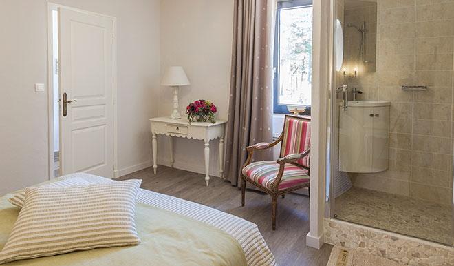 Schlafzimmer mit Bad Bastide de Bringairet